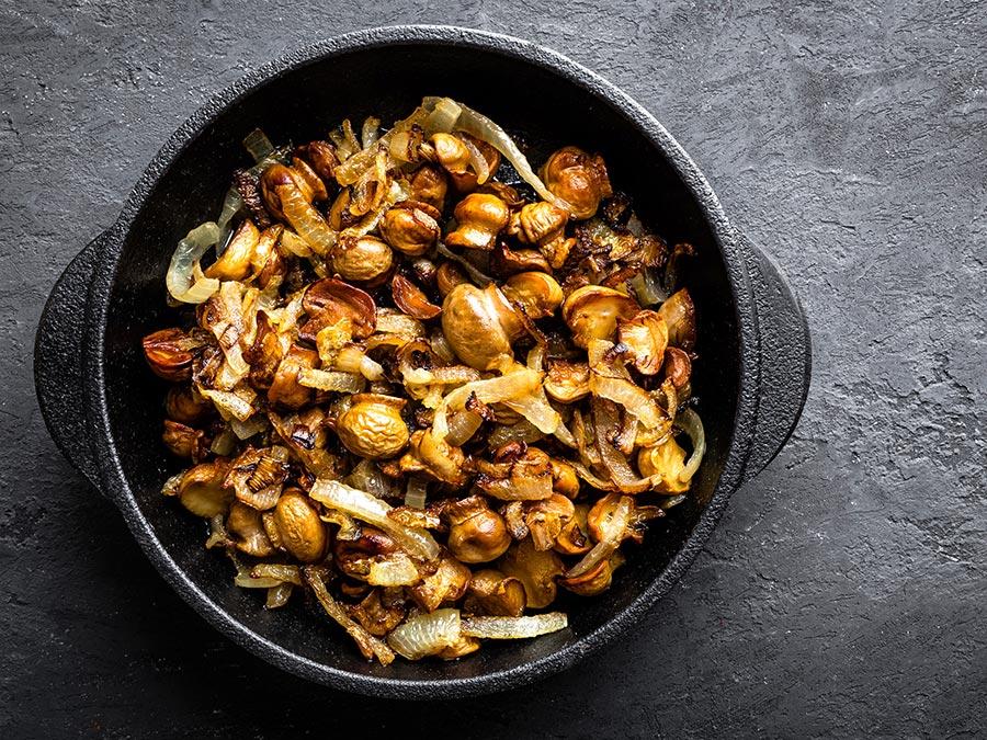 Cogumelos Salteados com Chouriço e Castanhas